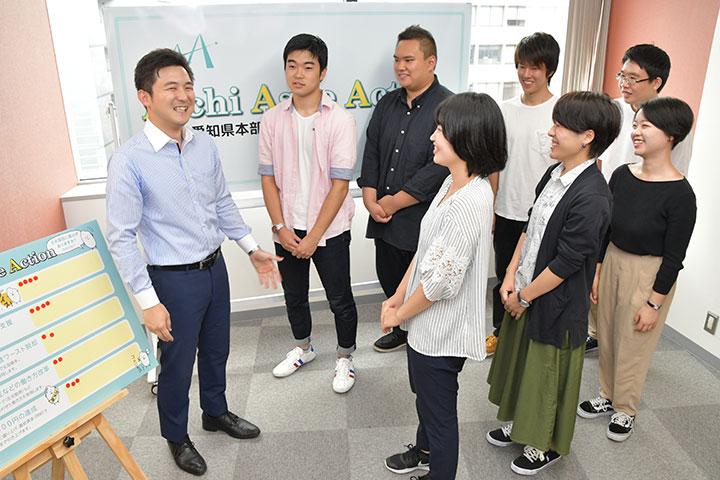 男女青年と懇談する安江氏(左端)=8日 名古屋市