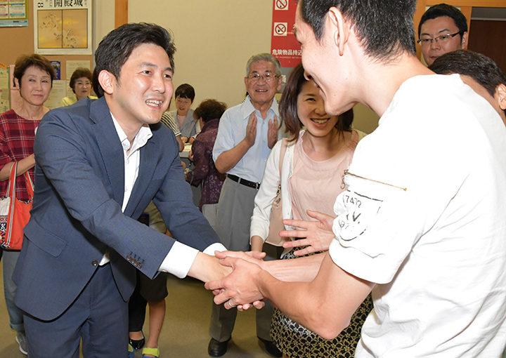 党員、支持者と握手を交わす安江氏(左)=11日 名古屋市