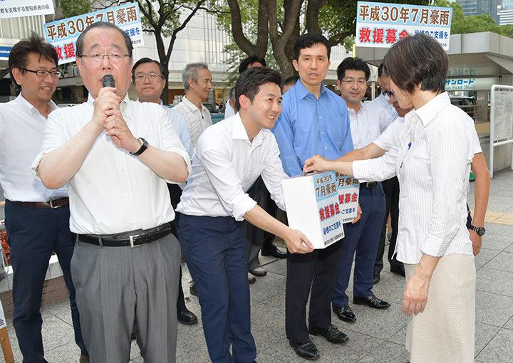 募金への協力を呼び掛ける(前列左から)魚住、安江、新妻、里見の各氏ら=16日 名古屋市