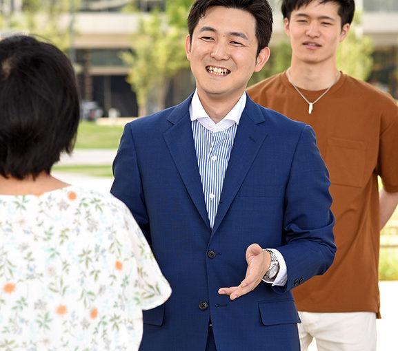 名古屋市内で、学生たちと懇談する安江氏