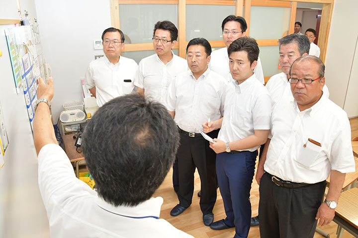 県立大府もちのき特別支援学校を視察する安江氏(右から3人目)ら=10日 愛知・大府市