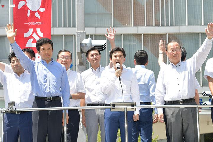 「戦争のない世界の実現に全力を挙げる」と力説する安江氏(前列中央)と(前列左から)里見、新妻、魚住の各氏ら=11日 名古屋市