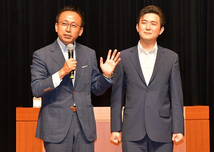 国政報告会であいさつする伊藤氏(左)と安江氏=26日 名古屋市