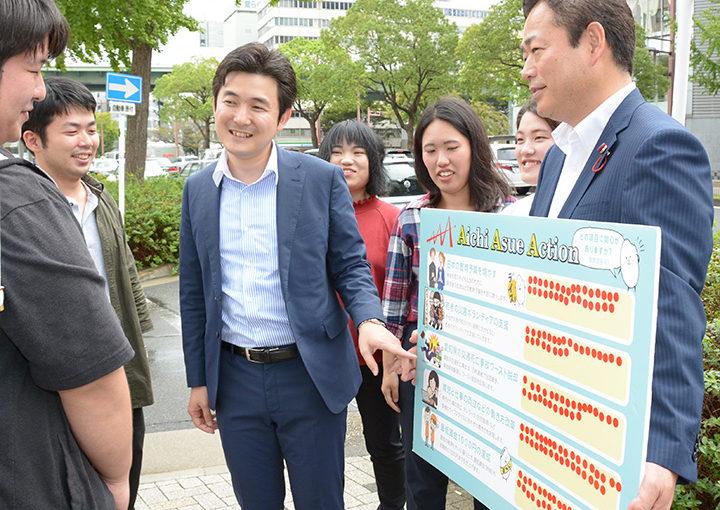 青年と共にアンケートへの協力を求める安江青年局次長(中央)、沢田県青年局長(右端)=6日 名古屋市