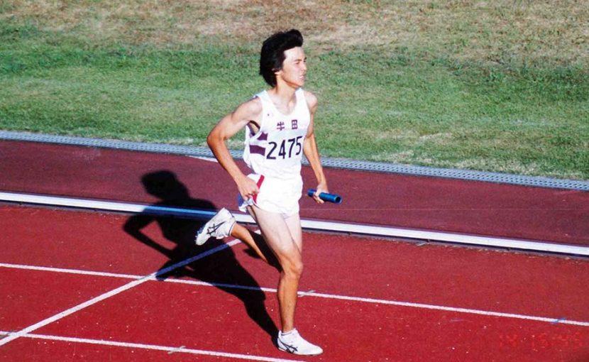 高校時代に陸上競技のリレーでバトンをつなぐ姿