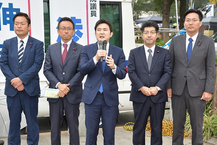 来夏の参院選への決意を述べる安江氏(中央)と、伊藤(左隣)、里見(右隣)の両氏ら=4日 名古屋市