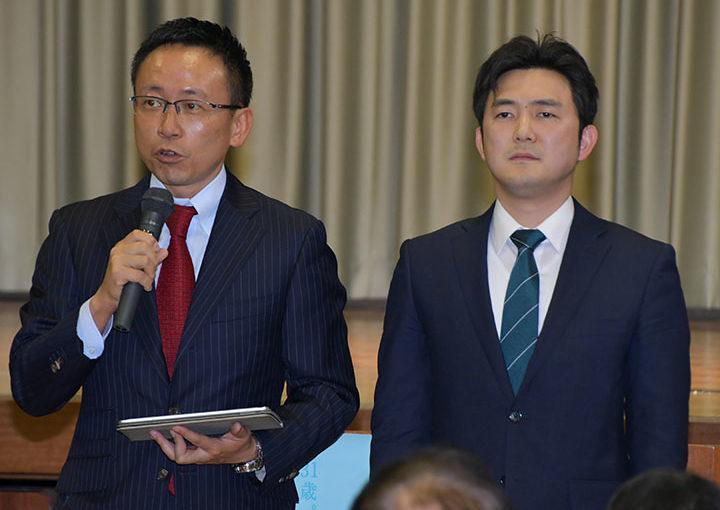 あいさつする(左から)伊藤、安江の両氏=8日 愛知・南知多町