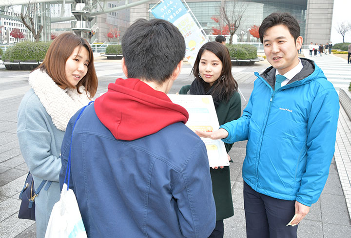 青年党員らと若者の声を聞く安江氏(右端)=23日 名古屋市