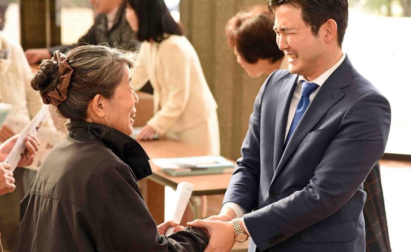 一人一人と固い握手を交わす安江