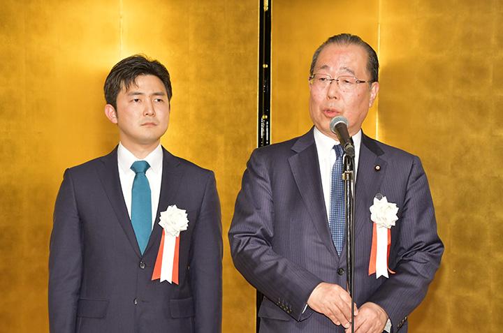 安江氏(左)の後援会設立総会であいさつする魚住氏=3日 名古屋市