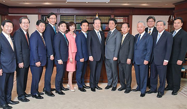 安倍首相(右から6人目)と懇談する(左隣から左へ)山口代表、矢倉、佐々木、安江、高橋、しもの氏ら=21日 自民党本部