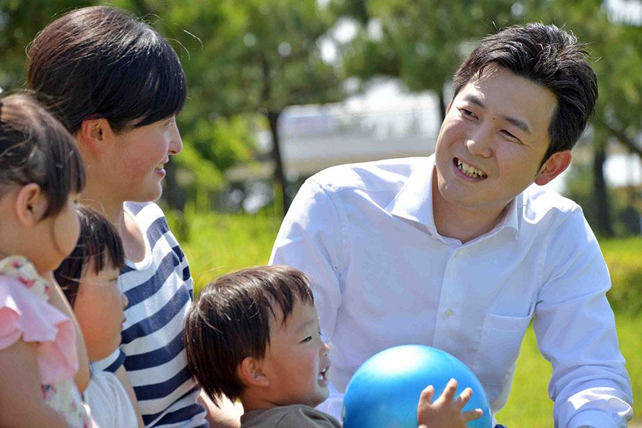 子育てに励む母親と懇談する安江