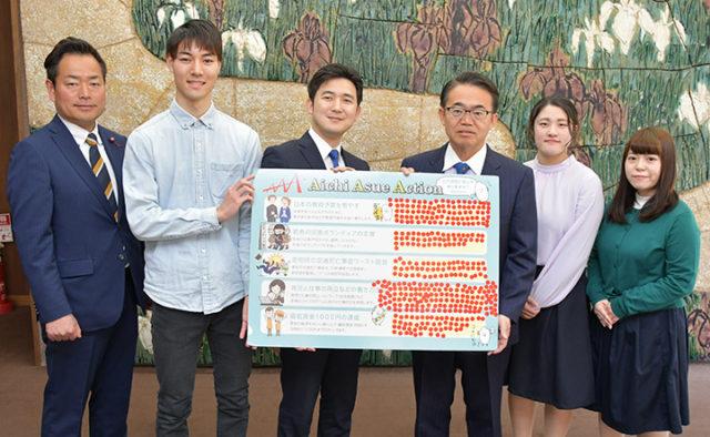 大村知事(中央右)にアンケート結果を伝える安江氏(左隣)、さわだ市議(左端)ら=18日 名古屋市