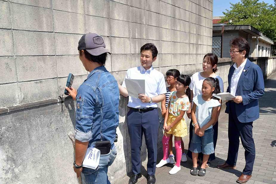安江と岡県議会議員がブロック塀を視察する模様