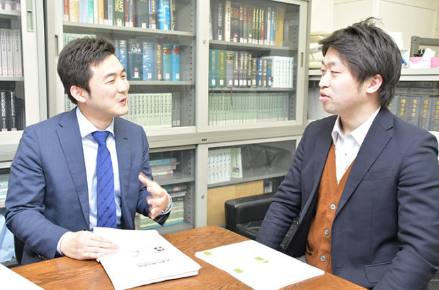 両角氏(右)と若者の政治参加について意見を交わす安江氏=10日 埼玉・越谷市