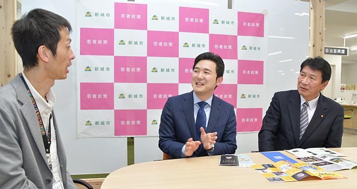 「若者議会」の成果などについて話を聞く(右から)鈴木市議、安江氏
