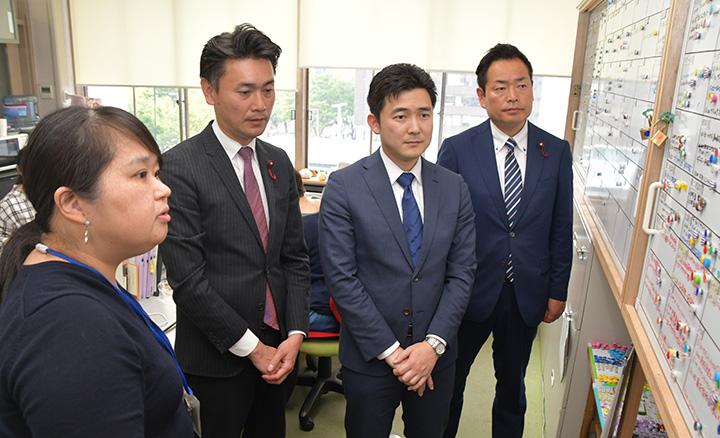 「子ども・若者総合相談センター」を視察する安江氏(右から2人目)ら=23日 名古屋市