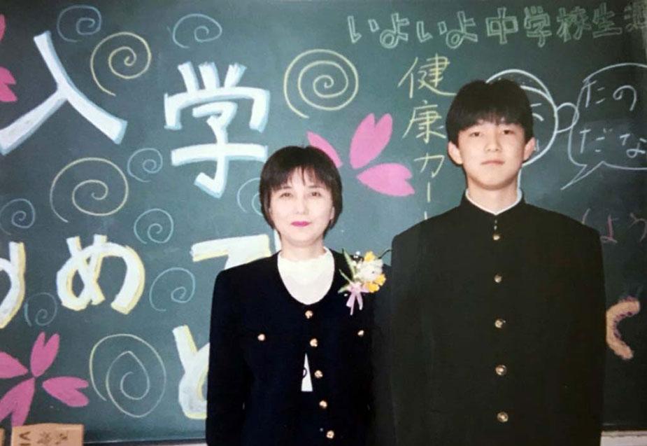 中学校の入学式で母との記念撮影