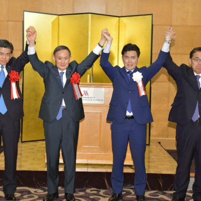 安江氏(右から2人目)への絶大な支援を訴える菅官房長官(左隣)と石井国交相(左端)、大村県知事=19日 名古屋市