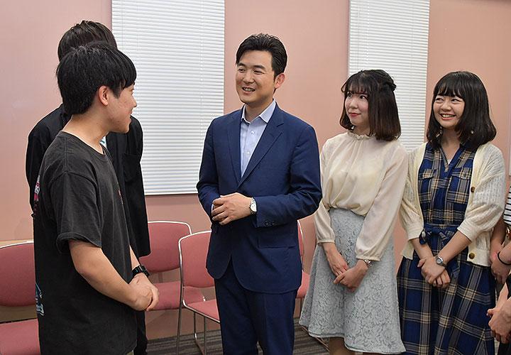 懇談会で学生からの質問に答える安江氏(中央)