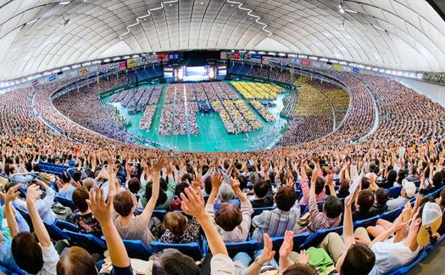 参院選勝利へ総立ちとなって戦う決意を新たにした公明フォーラム=5日 東京ドーム