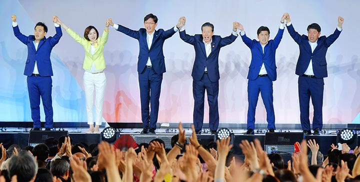 5選挙区の必勝を訴える山口代表(中央右)と、(左から)矢倉、佐々木、高橋、安江、しもの各氏