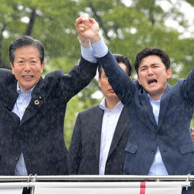 安江氏(右)の勝利へ支援を呼び掛ける山口代表=9日 名古屋市