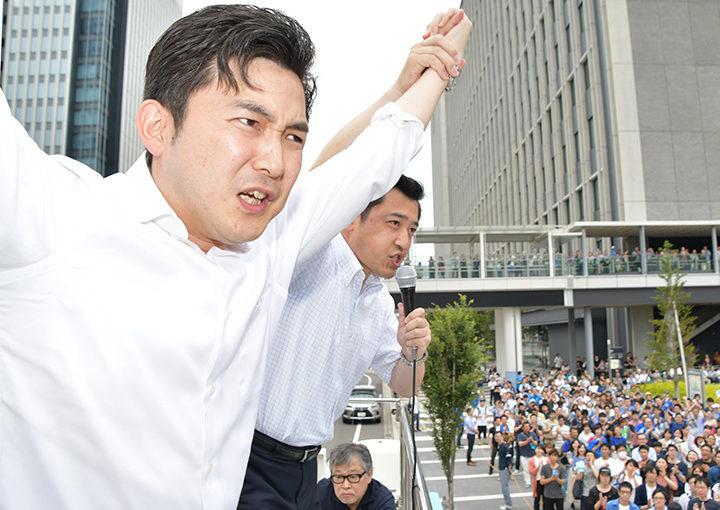 参院選の勝利へ絶大な支援を訴える(左から)安江、三浦の両氏=23日 名古屋市