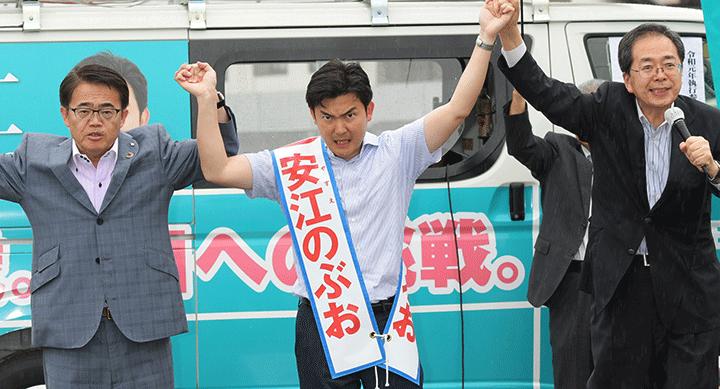 安江のぶお候補(愛知選挙区)への支援を訴える斉藤幹事長、大村知事=13日 愛知・知多市