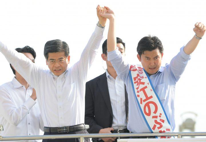 安江のぶお候補(愛知選挙区)(右)の必勝を訴える石井国交相=12日 名古屋市