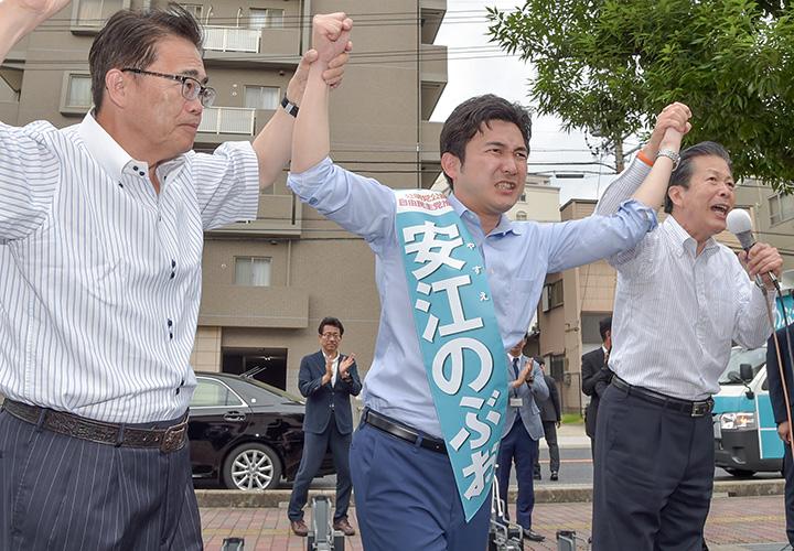 安江のぶお候補(愛知選挙区)の必勝を訴える山口代表、大村知事=6日 愛知・安城市