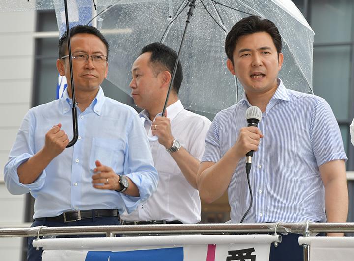 街頭演説で必勝への決意を述べる安江氏(右)と伊藤氏=30日 名古屋市