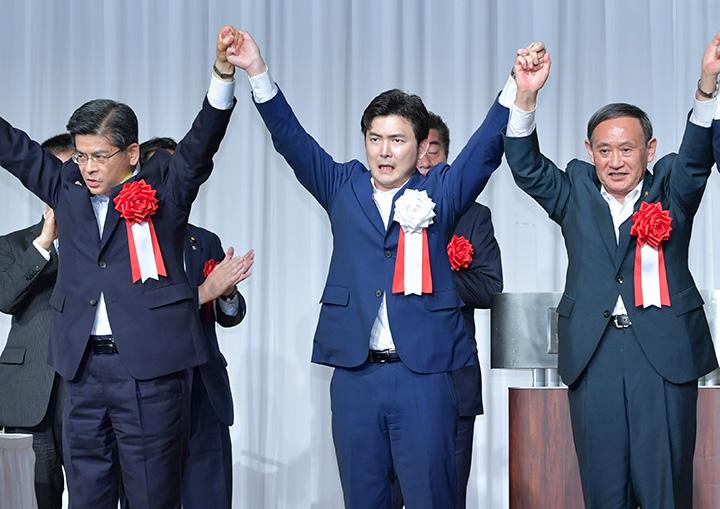 安江氏(中)勝利へ絶大な支援を訴える菅官房長官(右)、石井国交相=1日 名古屋市