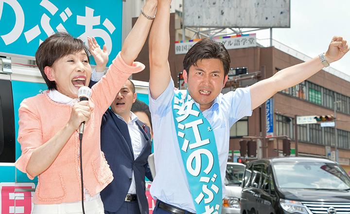 安江のぶお候補(愛知選挙区)(右)への絶大な支援を呼び掛ける古屋副代表=8日 名古屋市