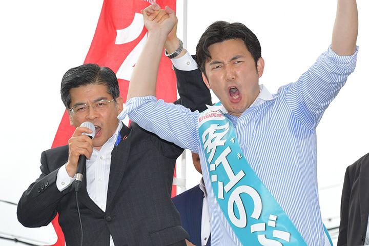 安江のぶお候補(愛知選挙区)(右)の押し上げを訴える石井国交相=9日 名古屋市