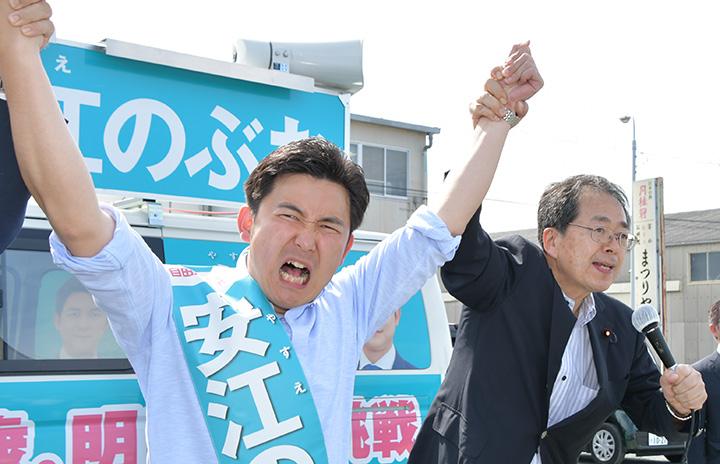 安江のぶお候補(愛知選挙区)(左)の必勝へ力強い支援を訴える斉藤幹事長=10日 愛知・豊橋市