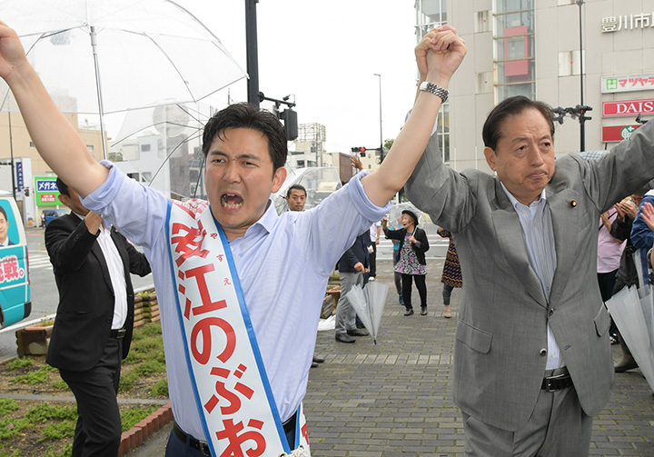 安江のぶお候補(愛知選挙区)(左)の押し上げへ支援を力説する太田議長=11日 愛知・豊川市