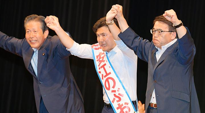 安江のぶお候補(愛知選挙区)(中)の押し上げを訴える山口代表(左)、大村知事=15日 愛知・一宮市