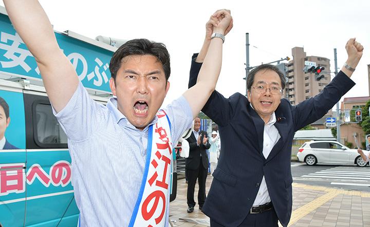 安江のぶお候補(愛知選挙区)(左)の激戦突破へ強力な支援を訴える斉藤幹事長=18日 愛知・瀬戸市