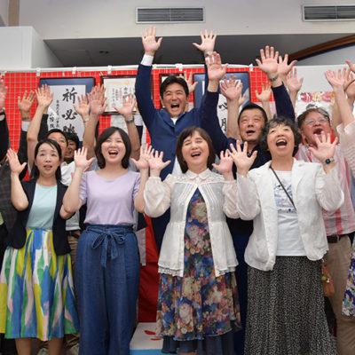 大混戦の愛知選挙区で初当選した安江伸夫氏と歓喜に沸く党員、支持者ら=21日 名古屋市