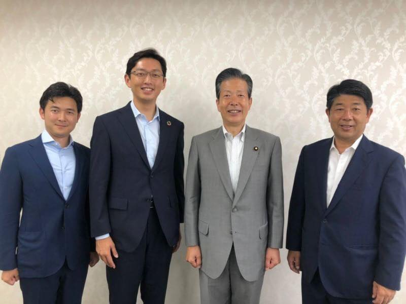 山口那津男代表、下野六太さん、高橋光男さんと記念撮影