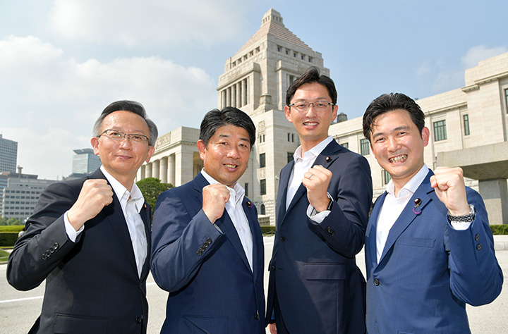 初登院する(右から)安江、高橋、下野、塩田の各氏=1日 国会議事堂前