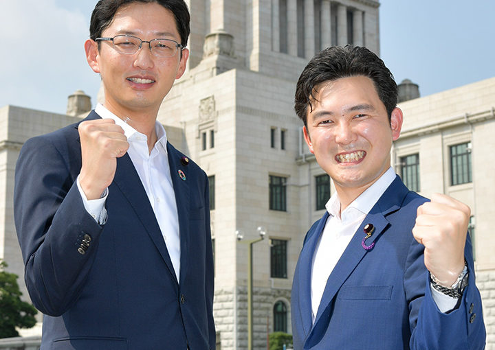 初登院する安江(右)、高橋の両青年局次長=1日 国会