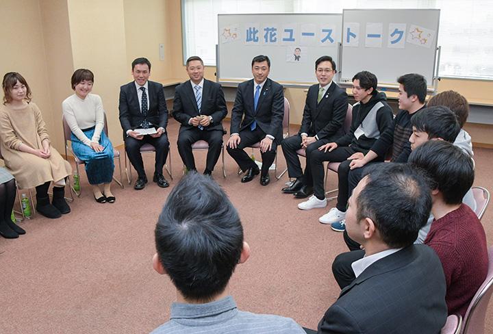 三浦信祐青年局長(左から5人目)、杉久武青年副委員長(右隣)らが出席したユース・トーク・ミーティング=大阪市