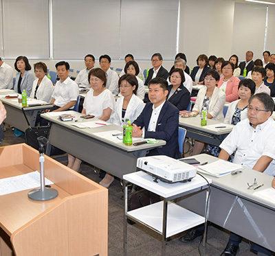 党愛知県本部の夏季議員研修会であいさつする魚住氏=24日 名古屋市