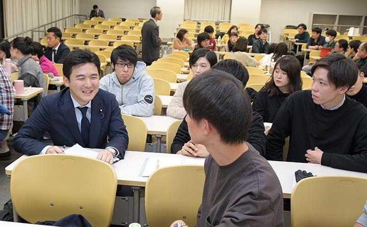 大学院生らと活発に意見交換を行う安江学生局長(左)=18日 札幌市