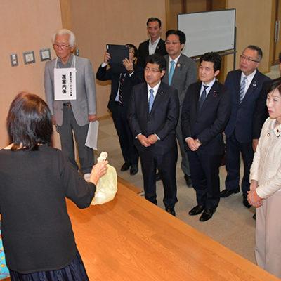 高齢者安心見守り隊による声掛け訓練の実演を視察する古屋本部長(右側手前)ら=28日 三重・松阪市