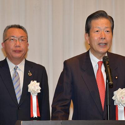 中川氏(左)の会合であいさつする山口代表=16日 三重・四日市市