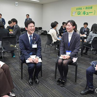 学生の質問に答え懇談する安江学生局長(手前左から2人目)=28日 衆院第2議員会館