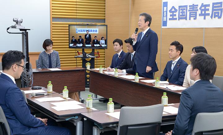 全国をテレビ中継でつないだ青年局長会議であいさつする山口代表=5日 党本部